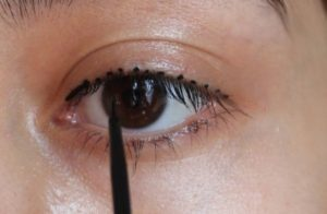 how-to-put-on-eyeliner-using-dots